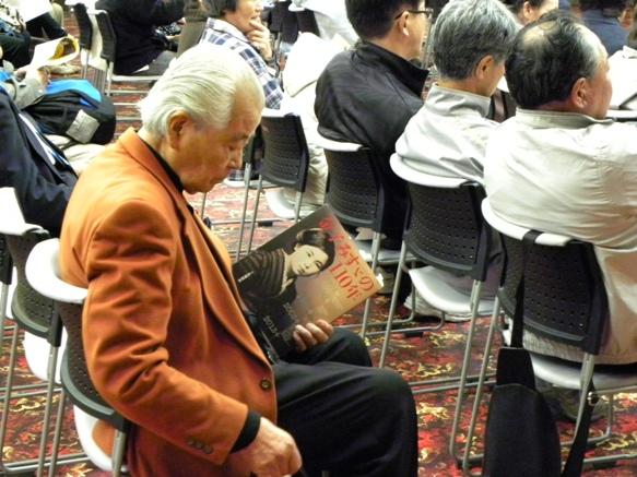 開演時にご挨拶くださった主催者代表の方は、「金子みすゞの110年」を手に聴いてくださいます。