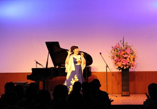 最初5曲はちひろソロで金子みすゞ「日の光」「星とたんぽぽ」「石ころ」そして、和歌の歌「夢のあなたに」からの「アヴェマリア」