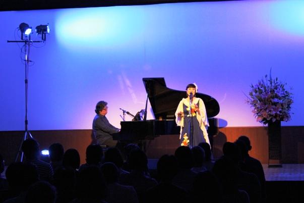 7月発売のアルバムに3曲編曲していただいた曲から「鯨法会」を。ライブだけで聴けるピアノバージョン。そして発売中のアルバムから「南十字星煌く空の下に」。