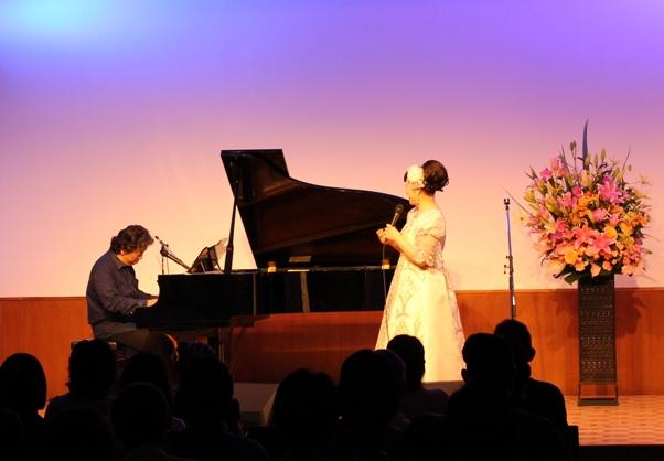 私は衣装替えをして再登場~♪そして、西本さんが編曲やピアノ演奏をされてきた名曲の数々をイントロクイズとして演奏。渡辺美里さんの「マイレボリューション」や、佐野元春さんの「SOMEDAY」、尾崎豊さん「シェリー」などを弾いてくださいました!